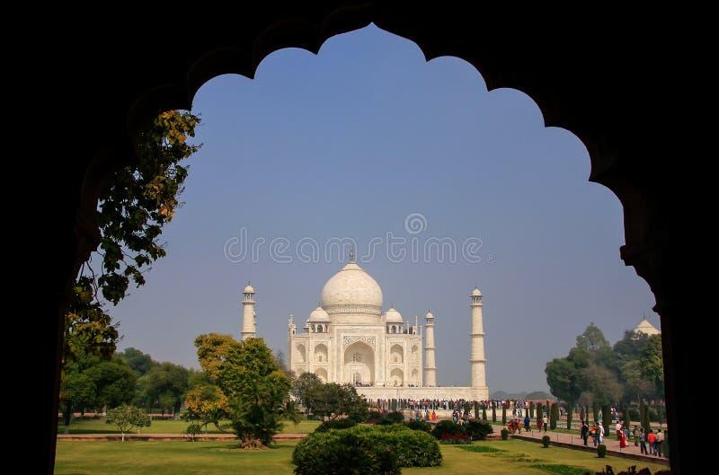 Ansicht von Taj Mahal-Komplex gestaltet mit einem Bogen, Agra, Uttar Prade lizenzfreie stockfotografie