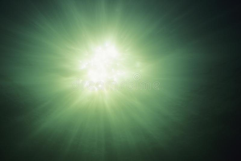 Ansicht von tanzenden Sonnenscheinstrahlen unter Wasser stockfotos