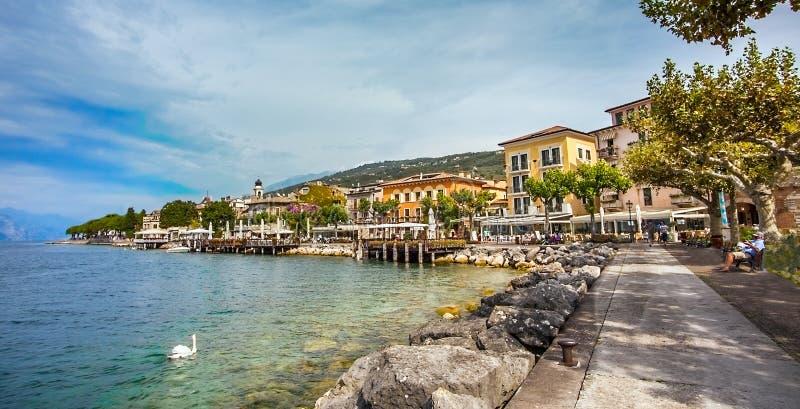 Ansicht von Torri Del Benaco auf See Garda Italien lizenzfreie stockbilder