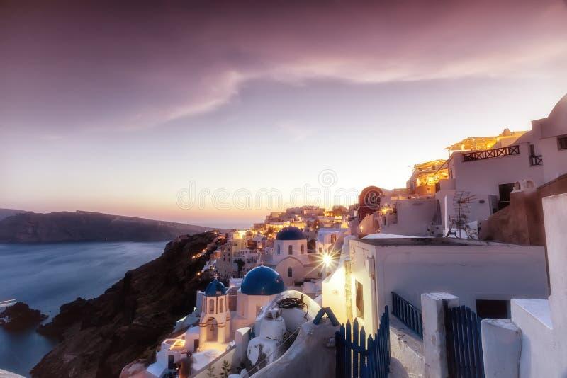 Ansicht von traditionellen weißen Häusern Oia von Oia bei Sonnenuntergang in Santori stockfotos