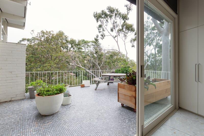 Ansicht von Treetops von der großen Terrasse im australischen Luxushaus lizenzfreie stockfotografie