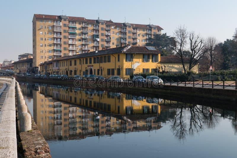 Ansicht von Trezzano-sul naviglio dachte über den Kanal nach lizenzfreie stockfotografie
