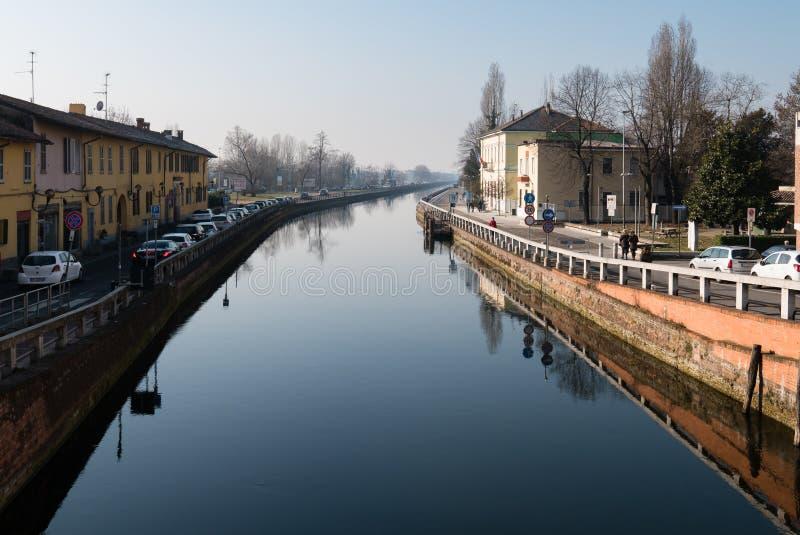 Ansicht von Trezzano-sul naviglio gesehen von der Brücke, Italien stockfotografie