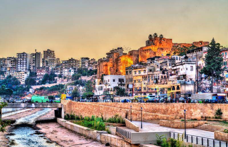 Ansicht von Tripoli mit der Zitadelle von Raymond de Saint-Gilles, der Libanon stockfotos