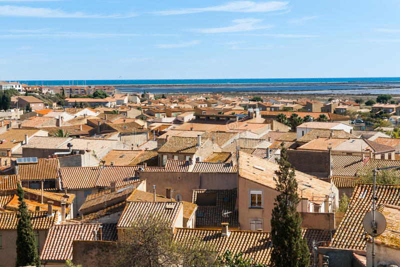 Ansicht von typischen Mittelmeerdachspitzen mit Terrakottafliesen stockfoto
