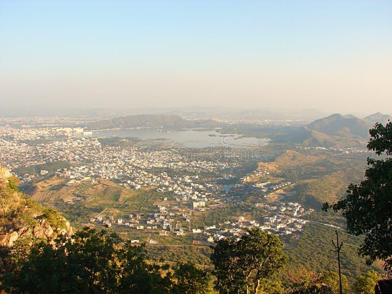 Ansicht von Udaipur-Stadt von Saajngarh-Fort, Rajasthan stockfotografie