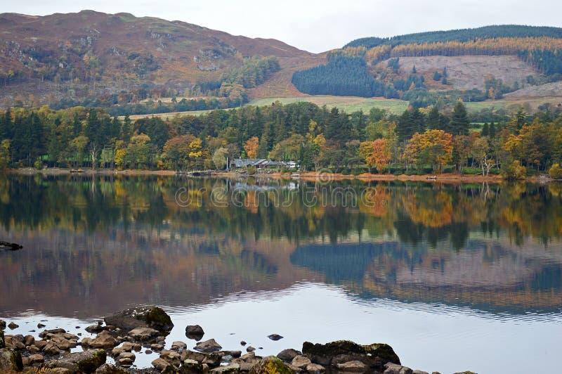 Ansicht von Ullswater im Herbst reflektierte sich im See lizenzfreies stockbild