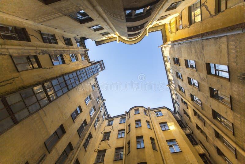 Ansicht von unten über einen typischen Hof-ein gut im alten Bezirk von St Petersburg lizenzfreie stockfotos