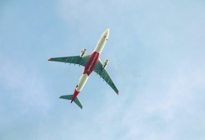 Ansicht von unten der Air- Asiafluglinienflugzeuge nach dem Start von KLIA-Flughafen stockbild