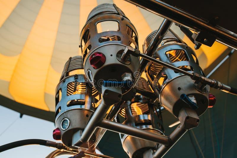 Ansicht von unten der Nahaufnahme von Heißluftballon ` s Gerät unter grau-gelber Haube lizenzfreie stockfotografie
