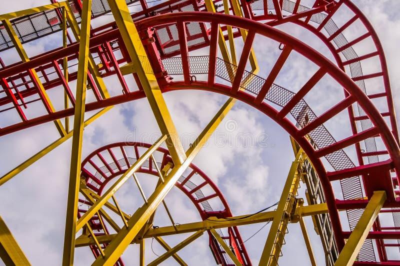 Ansicht von unten des Baus einer Achterbahn mit Rot und lizenzfreie stockbilder