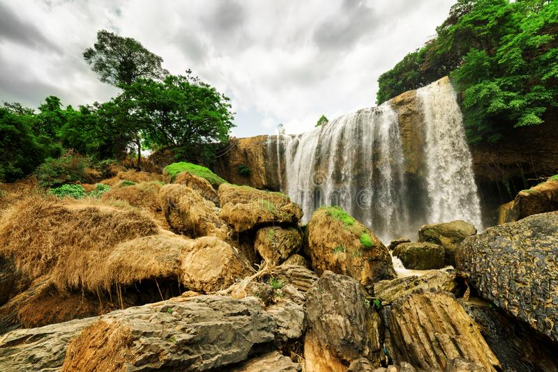 Ansicht von unten des Wasserfalls unter grünem Holz Schöne Landschaft stockbilder