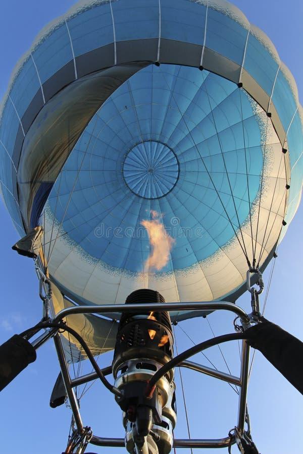 Ansicht von unten im luft-gefüllten Luftballon und in einem Gasbrenner mit Tanne stockbild