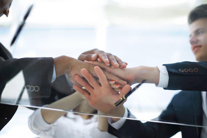 Ansicht von unten nahaufnahme Geschäftsteam, das ihre Einheit zeigt Konzept der Teamwork stockbilder