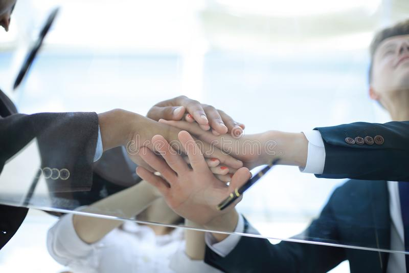 Ansicht von unten nahaufnahme Geschäftsteam, das ihre Einheit zeigt Konzept der Teamwork stockfotografie