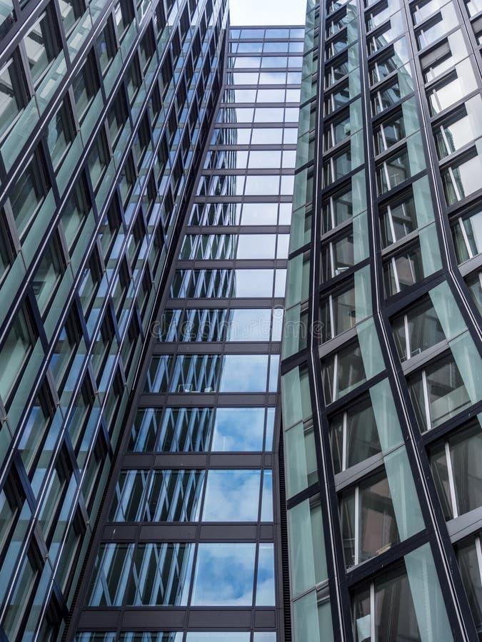 Ansicht von unterhalb an der Fassade des modernen Bürogebäudes lizenzfreie stockfotos