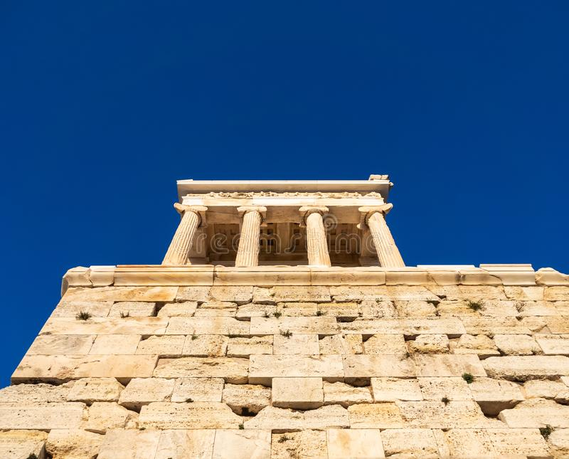 Ansicht von unterhalb des Tempels von Athena Nike im Akropolisbereich von Athen, Griechenland lizenzfreies stockfoto