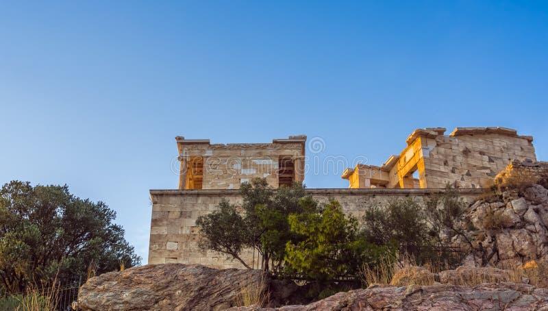 Ansicht von unterhalb und beiseite des Tempels Athena Nike- und Propylaea-Eingangs Zugang auf Akropolise, Athen, Griechenland geg lizenzfreie stockfotos