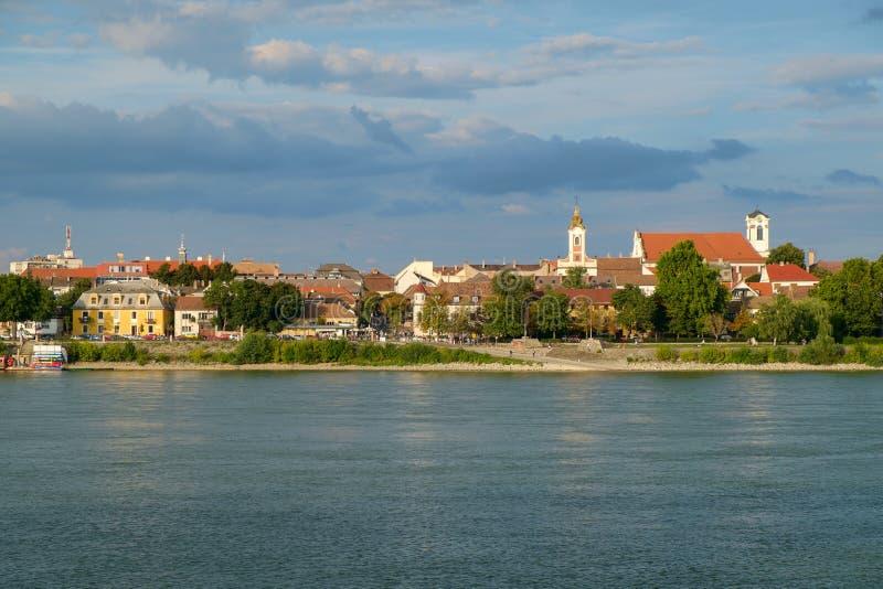 Ansicht von VAC-Stadt nahe dem Fluss Donau stockfotografie