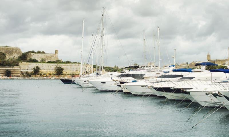 Ansicht von Valletta-` s Fort St Elmo und Yachten machten an Msida-Jachthafen fest stockbild
