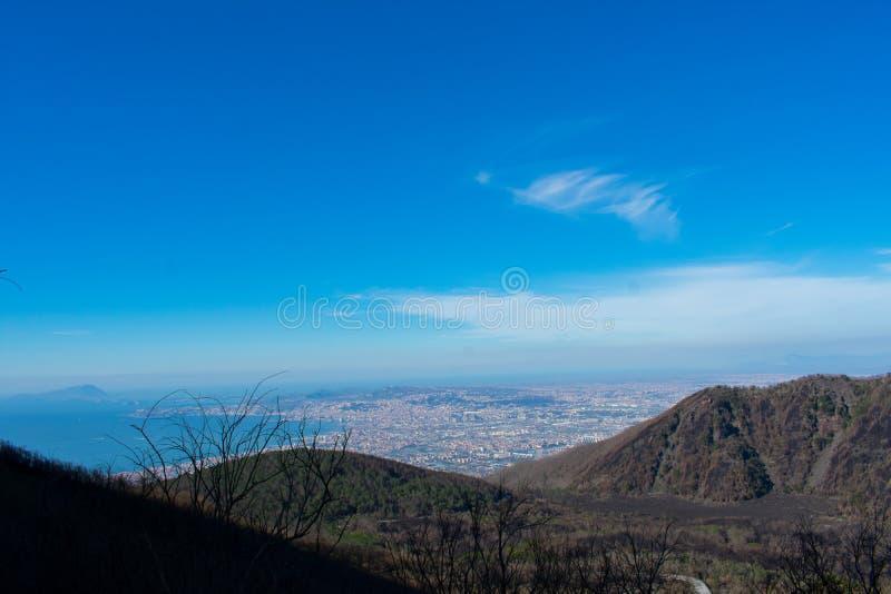 Ansicht von Vesuv-Vulkan auf Stadt und Küste von Meer in Italien lizenzfreies stockbild