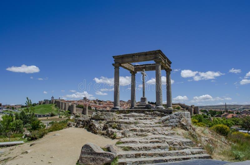 Ansicht von vier Posten zeigen auf die Stadt von Avila, Spanien lizenzfreie stockfotografie