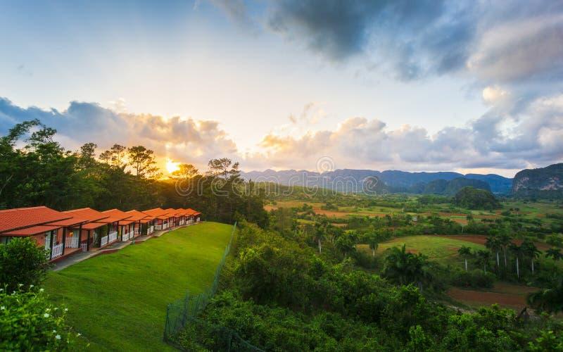 Ansicht von Vinales-Tal bei Sonnenuntergang, UNESCO, Pinar del Rio Province, Kuba, Antillen, Karibische Meere, Mittelamerika stockbild