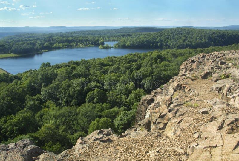Ansicht von Wassel-Reservoir von der felsigen Kante auf zackigem Berg, Connecticut stockbild
