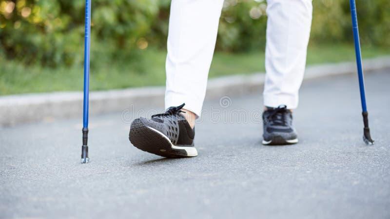 Ansicht von weiblichen Beinen beim Gehen in Park stockfoto