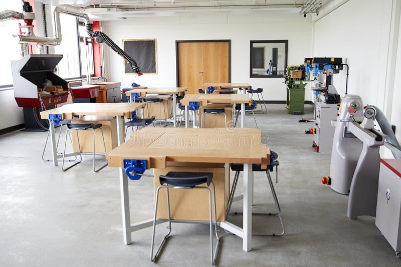 Ansicht von Werkbänken und Maschinerie im High School Entwurfs-und Technologie-Klassenzimmer lizenzfreie stockfotos