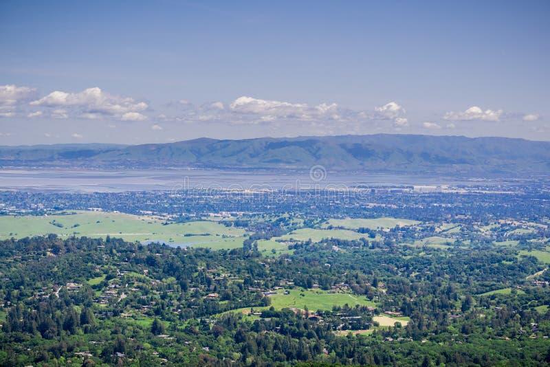 Ansicht von Windy Hill in Richtung in Richtung Sunnyvale und zu Silicon Valley, Süden San Francisco Bay Area, Kalifornien lizenzfreies stockfoto