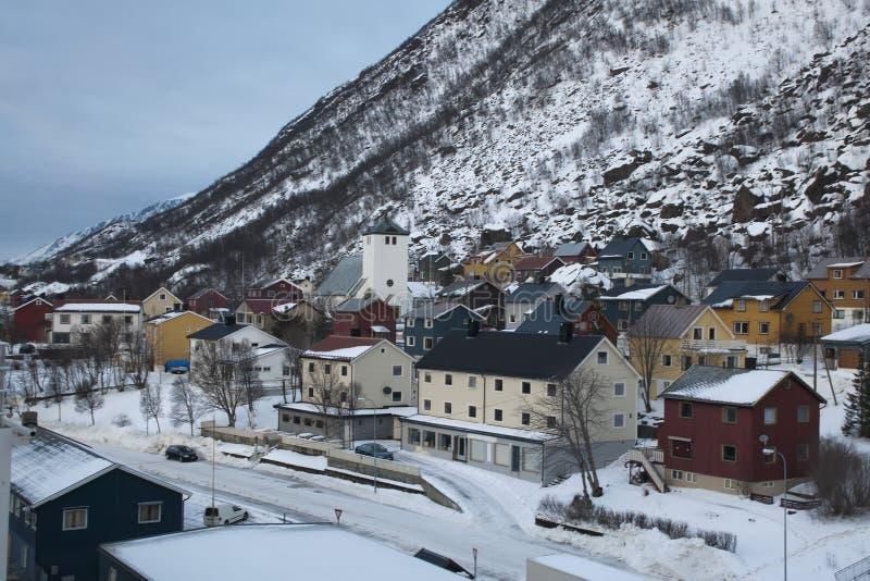 Ansicht von Wohngebäuden und von Kirche der kleinen Gemeinde lizenzfreie stockbilder