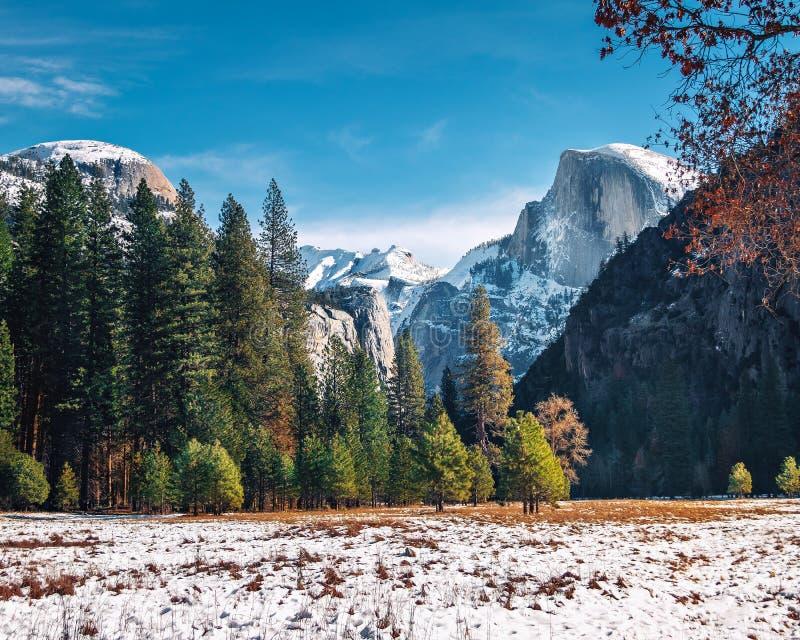 Ansicht von Yosemite-Tal am Winter mit halber Haube - Yosemite Nationalpark, Kalifornien, USA lizenzfreie stockfotografie