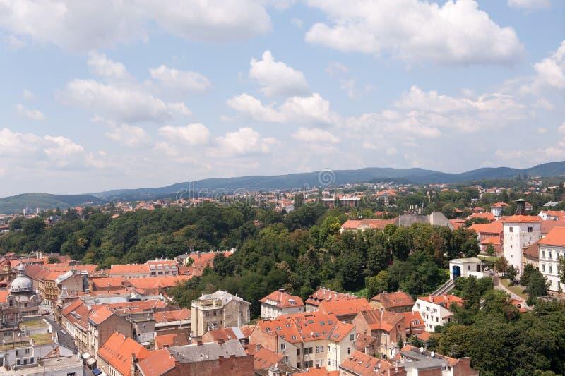 Ansicht von Zagreb und von Turm Lotrscak und Teil der oberen Stadt, Kroatien Alte orange Dächer Alte Stadt in Europa Panoramische lizenzfreies stockfoto