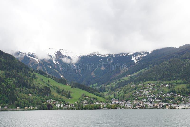Ansicht von Zell sind sehen und die Berge nahe dem Kitzsteinhorn lizenzfreie stockfotos