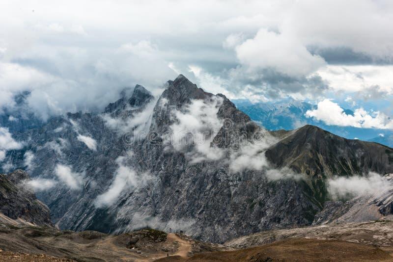 Ansicht von Zugspitze-Berg in Richtung zu Österreich Bewölkter Schuss des Sommers Höhe 2650 Meter stockfotografie