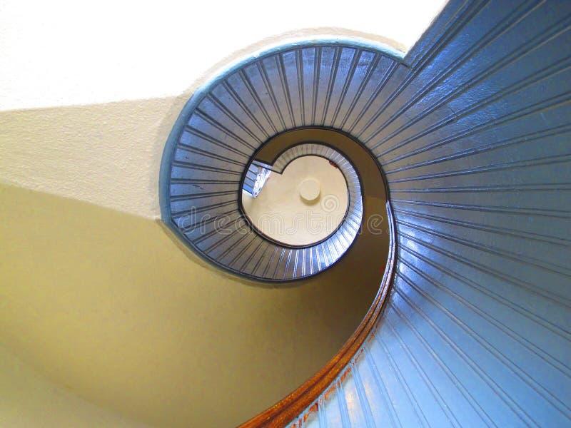 Ansicht, welche oben die Wendeltreppe des Leuchtturm-Hauses Cabrillo-Nationaldenkmal betrachtet stockbild