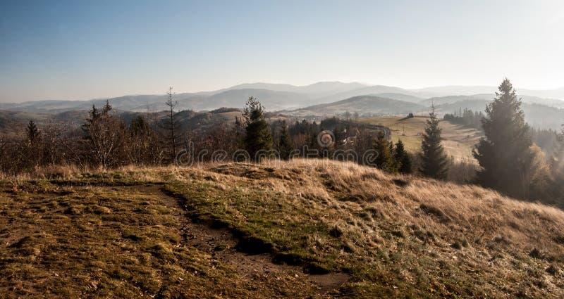 Ansicht zu Bergen Beskid Zywiecki von Hügel Koczy Zamek über Koniakow-Dorf in Polen stockfotografie