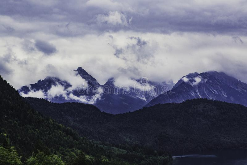 Ansicht zu den Alpen vom Neuschwanstein-Schloss lizenzfreies stockbild
