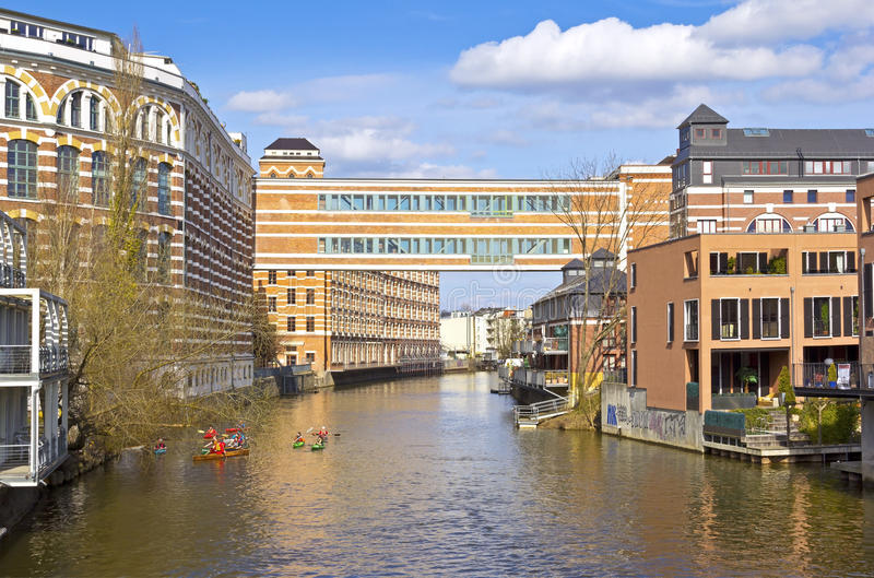 Fluss In Leipzig ansicht zu den dachböden an der frü fabrik buntgarnwerke leipzig