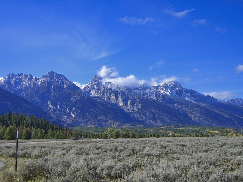 Ansicht zu den felsigen Bergen stockbilder