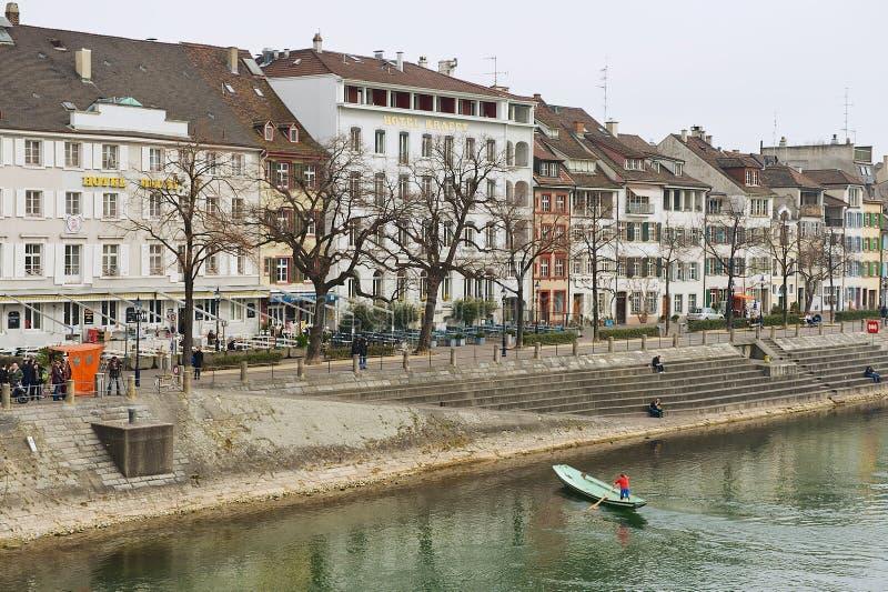 Ansicht zu den Gebäuden in der Bank vom Rhein in Basel, die Schweiz stockfotos