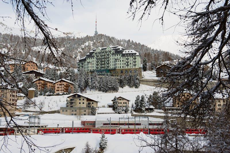 Ansicht zu den Gebäuden und zum Carlton-Hotel in St Moritz, die Schweiz lizenzfreie stockbilder