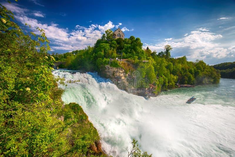 Ansicht zu den Rheinfall u. zu x28; Rheinfalls& x29; , der größte einfache Wasserfall in Europa Es befindet sich nahe Schaffhause lizenzfreies stockbild