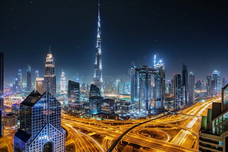 Ansicht zu den Skylinen von Dubai während der Nacht lizenzfreies stockfoto