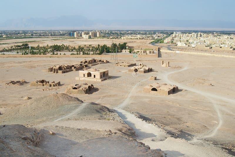 Ansicht zu den Zoroastriantempelruinen und Yazd-Stadt vom Turm der Ruhe in Yazd, der Iran lizenzfreie stockfotos