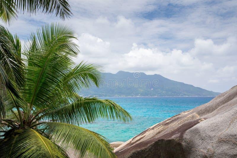 Ansicht zu einer einer anderen Tropeninsel im Indischen Ozean lizenzfreies stockfoto