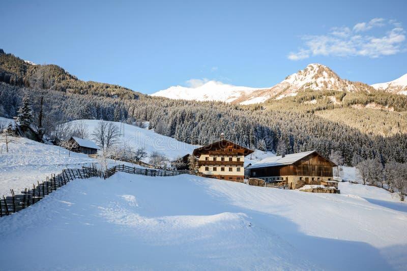 Ansicht zu einer Winterlandschaft mit altem Bauernhaus und Gebirgszug, Gasteinertal-Tal nahe schlechtem Gastein, Pongau-Alpen - S stockfotografie