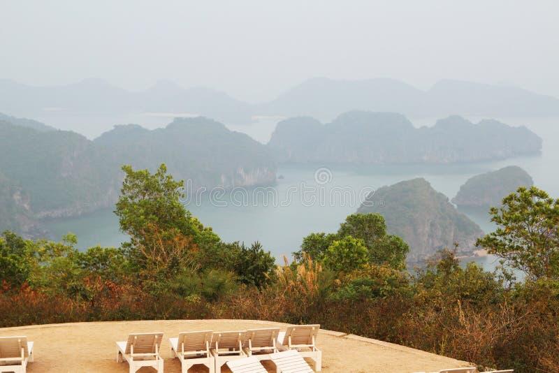 Ansicht zu Halong-Bucht vom Kanonenfort, Catba-Insel, Vietnam stockbilder
