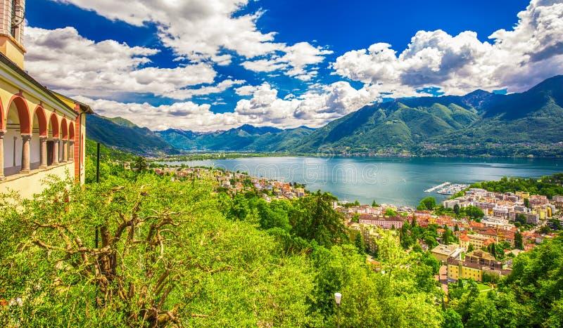 Ansicht zu Locarno-Stadt, zum See Maggiore und zu den Schweizer Alpen in Tessin von Madonna Del Sasso Church, die Schweiz stockbilder